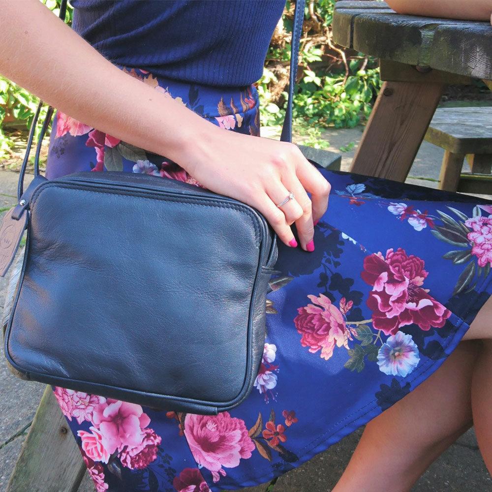 square-slip-pocket-leather-bag-navy-4